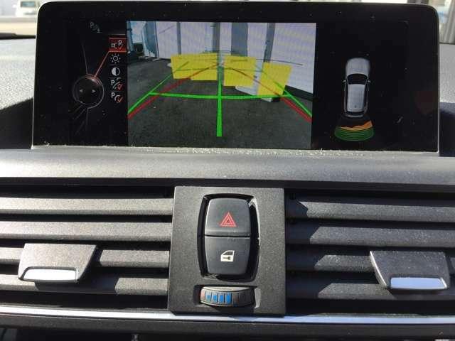 シフトをリバースに入れると自動でナビモニターがカメラと前後障害物センサーモニターに切り替わります。映像、カラーバーと接近音で距離を確認でき、狭い駐車場でもスムーズに駐車可能です!!