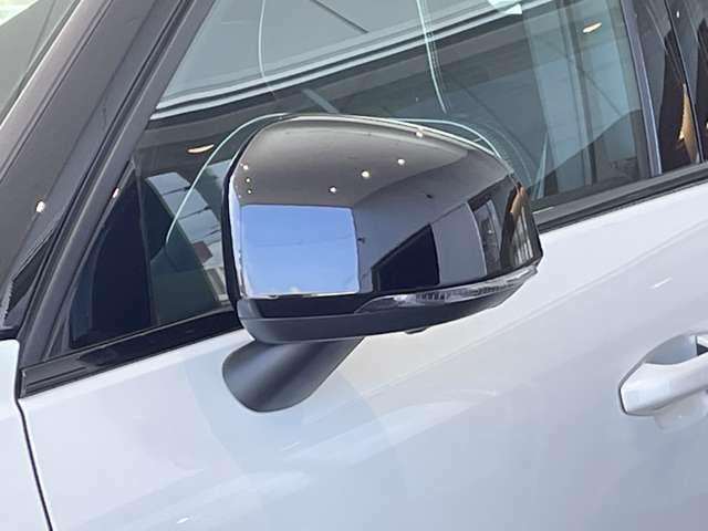 車線変更時の安全確認を容易にしたブラインドスポットインフォメーションがドアミラーの鏡で確認出来ます。