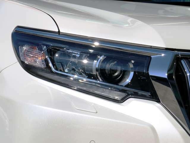 純正LEDヘッドライト付き☆プロジェクター式なので暗い夜道でも光が定まり非常に見やすくなっております。アイラインポジション付きでオシャレに仕上がっております☆