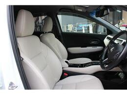 珍しいホワイトレザー!運転席に多くみられるシワは少なく汚れも目立つようなものは御座いません。