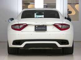 左右に振り分けたマフラーが、スポーツカーメーカー【MASERATI】ならではの証。官能的なエキゾーストサウンドをお楽しみください!