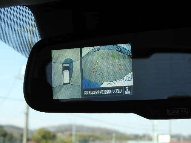 ルーフミラーにアラウンドビュモニターとバックカメラの映像が映ります。車庫入れもラクラク、街中の狭いコインパーキングも安心です。