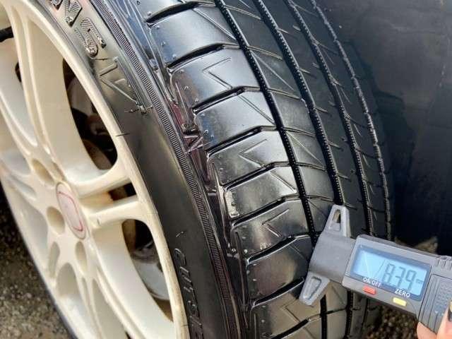 Bプラン画像:タイヤの残り溝もまだあります。  ※ 写真掲載タイヤゲージは付属しません。