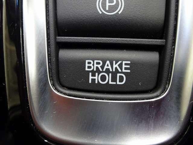 サイドブレーキの施錠、解除はワンタッチで力要らず!更には坂道発進などで重宝するブレーキホールド機能付きです。