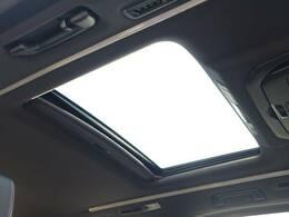 サンルーフを装備☆ 開放的な空間が気持ちの良いドライブを体験させてくれます♪