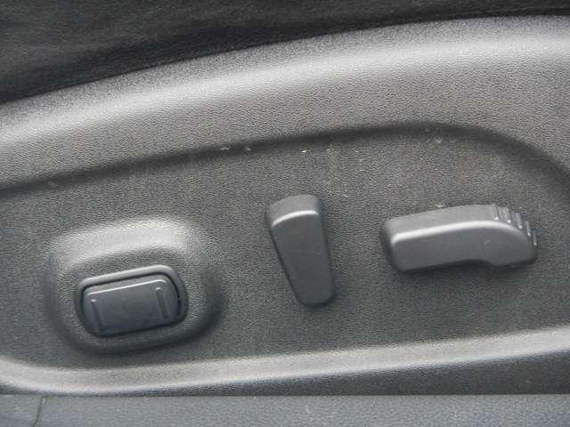 シート調整ラクラクな両席パワーシートを装備です。
