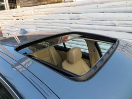 人気のオプションのサンルーフ♪開ければ開放感のあるドライブがお楽しみいただけます♪また車内の空気の入れ替えにも便利です♪