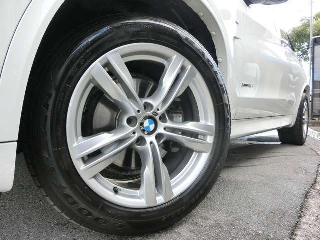 純正19インチアルミ!タイヤは4本全てしっかりと溝が残っております。