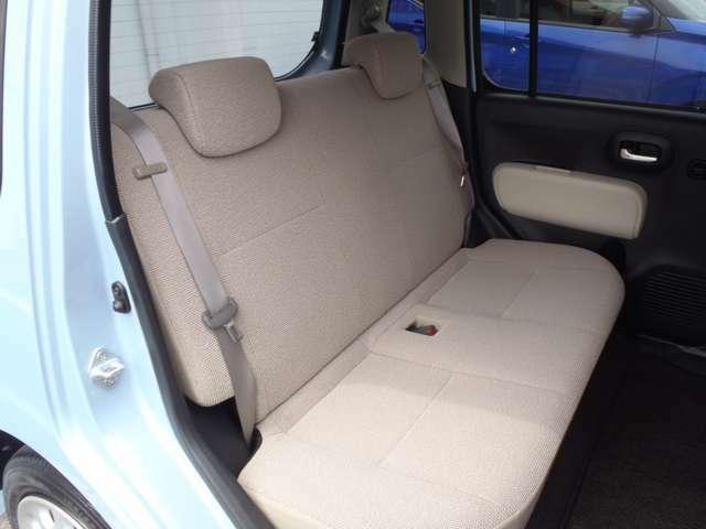 後席の足元空間は広々。ゆったり足を組んでリラックスできます。