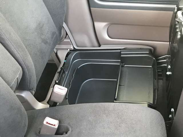 助手席シート下荷物入れ、見られたくない物の収納に