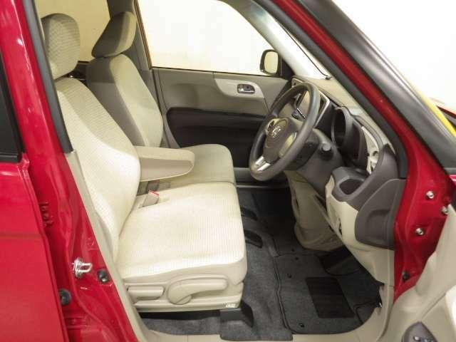 足元広々運転席、ドライバーの体形に合わせて高さ調整できます。もう座布団はいりません。
