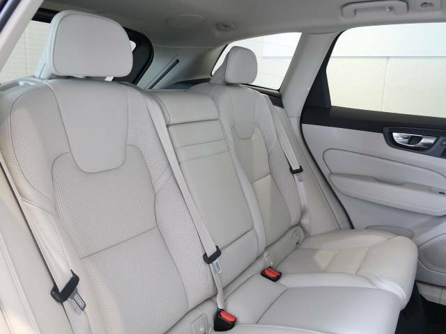 内外装の細部にいたるまでスカンジナビアの美意識を徹底してデザインされています。後席は使用感も少なく大変綺麗な状態を保って入庫しております。ボルボ純正「プレミアムレザーコート」も大好評受付中!