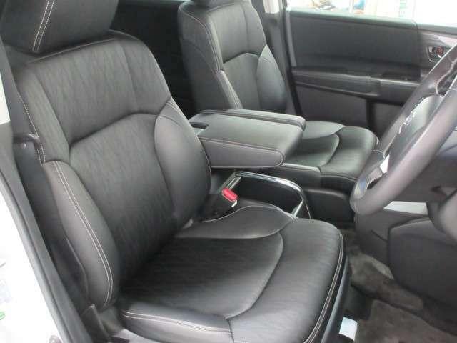 座り心地もよく運転しやすい専用コンビシートになりますので空間の広さ含めて是非実車にてご体感下さいませ!