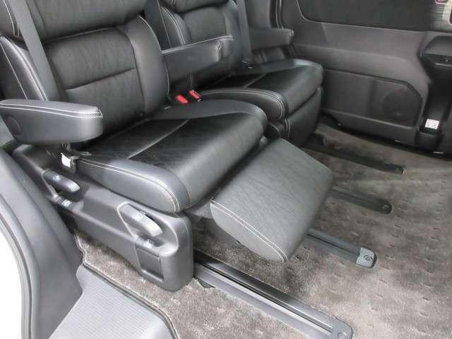 後部座席は左右前後にも移動可能で足元にはオットマンも付いておりますので快適なドライブが楽しめますね!