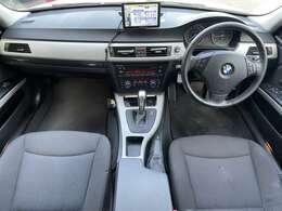 黒を基調とした落ち着いた雰囲気の車内となっております♪シート、マット、ダッシュには汚れも無くとても綺麗な状態の内装となっております♪乗り心地も良く、長時間の乗車でも疲労感を感じさせません♪