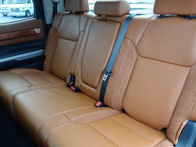 セカンドシートは広々してラグジュアリー感が出てゆったりとできます。フロアマットは1794ED専用のフロアマットになり他のグレードとは違う高級感を感じさせるタンドラ ハニーDフルカスタム車両です