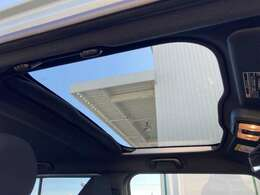 ◆スカイフィールトップ(スーパーUV&IRカット機能シェード付)【開放感を生み出しているのは、前席の頭上に大きく広がるガラスルーフのスカイフィールトップ。今までは見れなかった景色を映し出します】