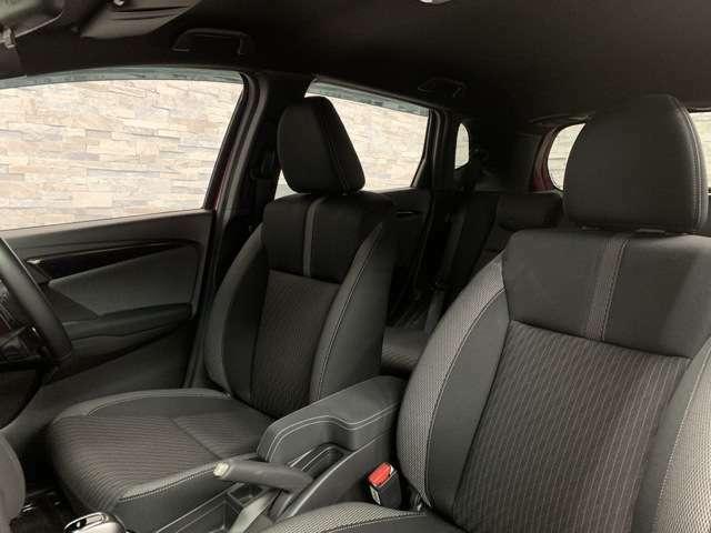 座席の堀を深くすることで体をしっかりと支えられ山道やよく揺れる道などを走られる時もとても運転がしやすいですよ。