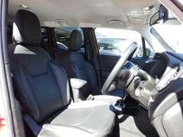 フロントシ-トは左右共にパワ-シ-トを採用しております。小さな高級車レネゲ-ドリミテッド。