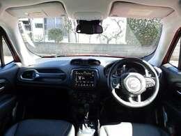 Jeepの中でもフロントガラスが大きい方ですので、女性ドライバーの方にも好評です。