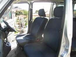 バンの中でもハイグレードでモケットシートを装備です。