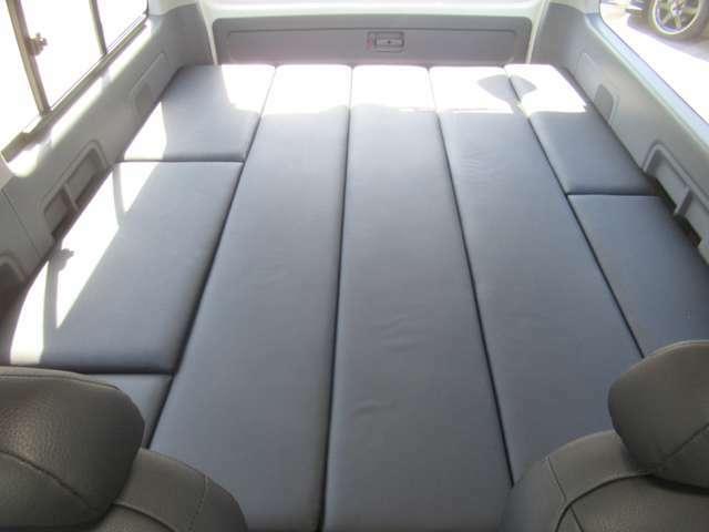 車輌後部のマットを設置すれば大人3名の就寝スペースが出来ます♪