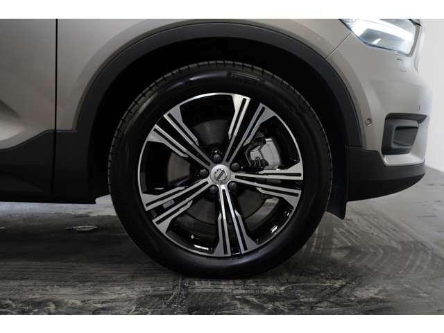 ダイヤモンドカットとブラックのカラーリングを組み合わせた19インチ10スポークアルミホイール。勿論インテリセーフ標準装備により歩行者検知機能付フルオートブレーキをはじめとする革新的安全装置を標準搭載。
