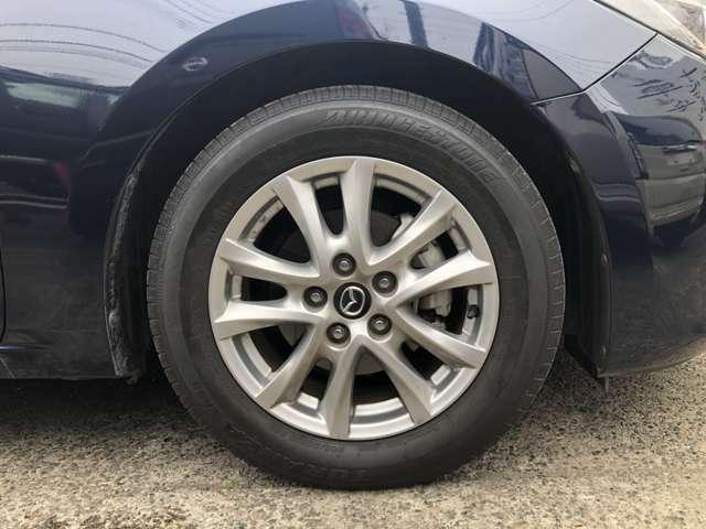 純正16インチAWにノーマルタイヤをはいており、タイヤ山はおおよそ各6分山程度、タイヤサイズは205/60R16、スペアタイヤは新車時か元々ついておらず、パンク修理キット積みです。 早く買ってほしーの