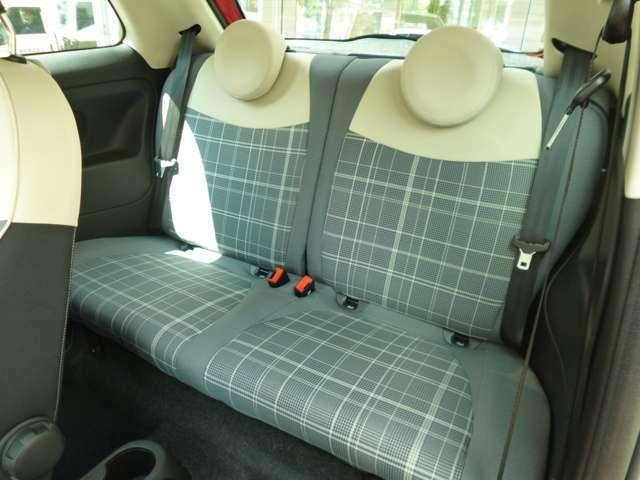 ハッチバックですが座面が厚いので大人2人がリアシートもしっかりと座れます!