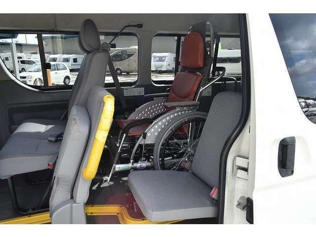 リアリフトタイプは車いすにお乗りのまま乗車していただけます。【車いす装着例】
