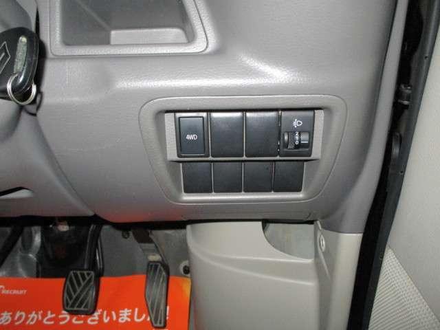 雪道も安心の切り替え付き4WD付きです♪ボタン1つで4WDに切り替える事が出来ます!!