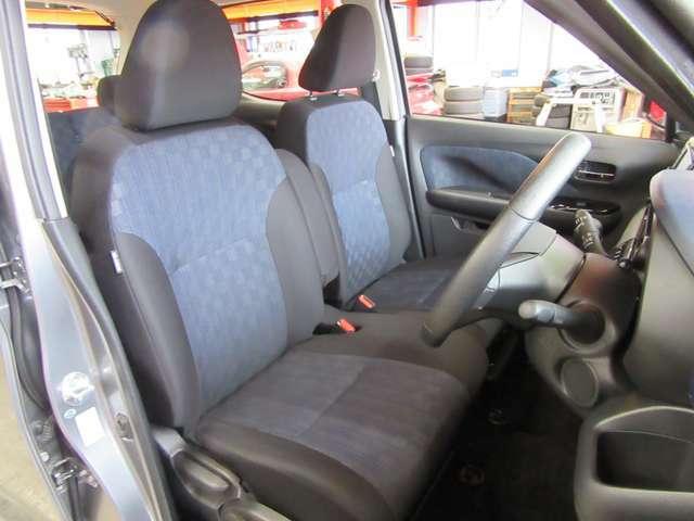 運転席シートも穴や破れも無く清潔な状態です。
