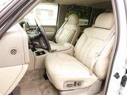 運転席・助手席シートは電動にて調整可能なパワーシートにシートヒーター、シートメモリー機能完備。ホワイト外装色にベージュレザーと人気の組み合わせとなります。お気軽にお問い合わせ下さいませ