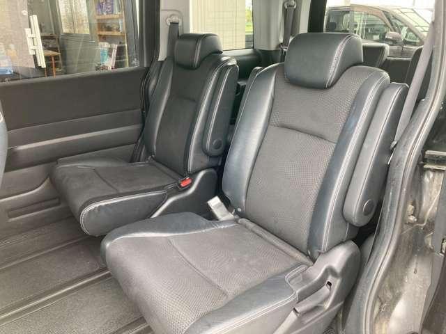 後部座席側シート  使用感少なく綺麗です ハーフレザーシートとなっております!