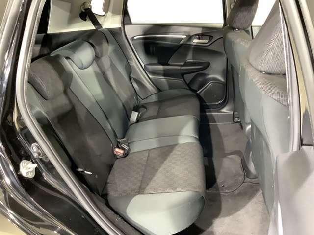 ひざまわり、そして頭上にも、ゆとりをしっかりとることで、開放感を高めたフィット。コンパクトカーとは思えないほど、どの席でもゆったりとくつろげます。