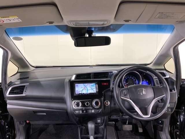 ハーフシェードフロントウインドウが、まぶしい光をカットし、さらに高級感を演出します。大きなフロントガラスとワイドな視野角で良好な運転視界を実現してます。