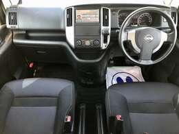 【運転席回り】収納スペースも多い運転席回りです。メーターも見やすい位置に配置されていてます。