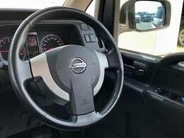 【ハンドル】革巻きハンドルで程よいグリップ感で運転し易いです。