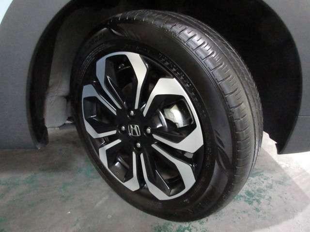 タイヤはダンロップ エナセーブ 6分山程度 2020年製がついています。そして足元を精悍に引き締めるホンダ純正16インチアルミホイール、おしゃれは足元から、カッコイイですね!