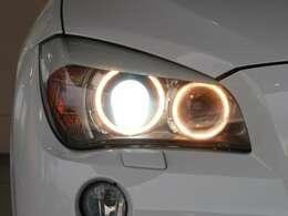 明るさと、優れた省消費電力を兼ね備えた、キセノンヘッドライトを装備しています。BMWの夜の顔と言えるイカリングも、もちろん装備しています。