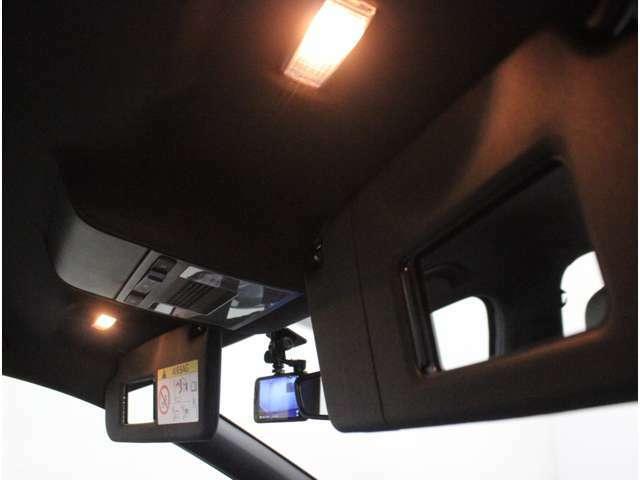 【運転席・助手席バニティミラー】車内での身だしなみのチェックやメイク直しにも活用できます。