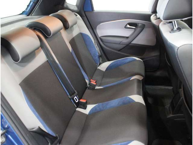 【後部座席】同乗者にもゆったりとすわっていただけます。