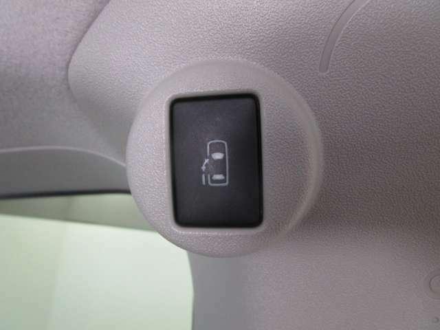 電動スライドドア『小さなお子様でもボタン一つで楽々乗り降り出来ます♪駐車場で両手に荷物を抱えている時でもボタンを押せば自動で開いてくれますので、ご家族でのお買い物にもとっても便利な人気装備』