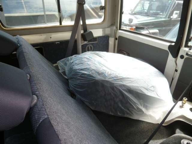 背面タイヤは現在取り外した状態です。スペアタイヤの状態を良好に保つためです。納車の際には取り付けますのでご安心下さい。