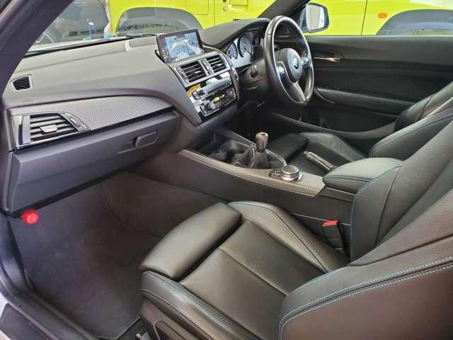 BMWの思想と、人間工学に基づき設計されたインテリア!センターパネルをドライバー側に傾け、スイッチ類がドライバーが手の届く範囲に設置されて直感的に操作することができるよう工夫されております!