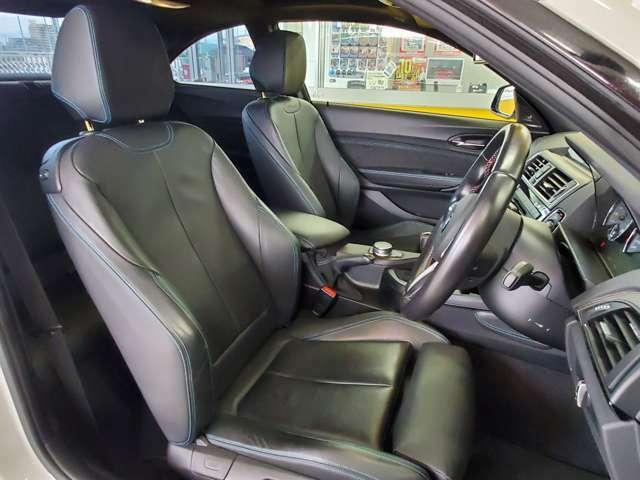 運転席にはニーパッドが装着され、スポーツシートとの相乗効果でよりしっかりとドライバーの体をホールドしてくれます!スポーツドライビングもドンとこいです!