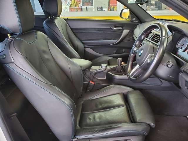 運転席、助手席共にシートヒーター付革パワーシートが採用されております!