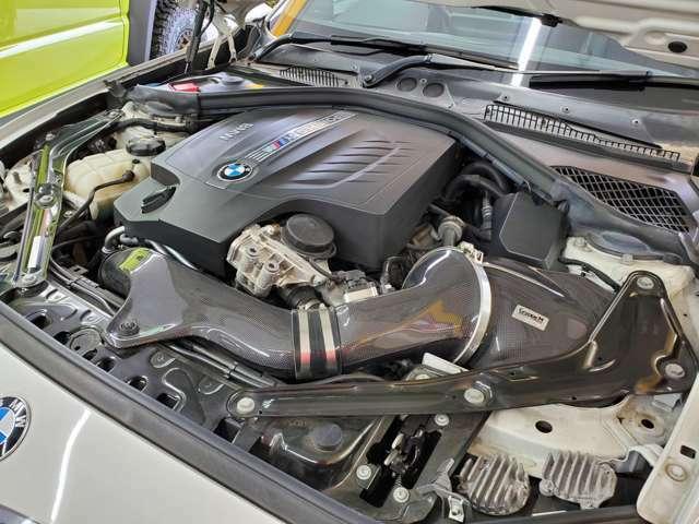 最大出力370馬力、トルク47.4キロ(カタログ値)を発生する3L 直列6気筒Mツインパワー・ターボ・エンジン!グループMラムエアインテークとアクラポビッチマフラーでさらに効率アップが図られております