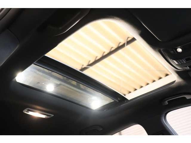 ルーフには開放感を与え明るい室内を演出するパノラミックガラススライディングルーフを装備!用途に合わせチルトアップ&スライディングの動作が選択可能です