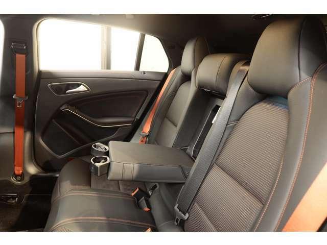 リアシートは膝周りの圧迫感もないのでゆったりとした時間をお過ごし頂けます!強い日差しを軽減し、後部座席のプライバシーを保護するリア5面プライバシ―ガラスを採用しております!